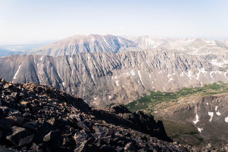 Gestalten Sie Ansicht von Gebirgsstrecken von der Spitze der Dilemma-Spitze in Colorado landschaftlich stockfoto