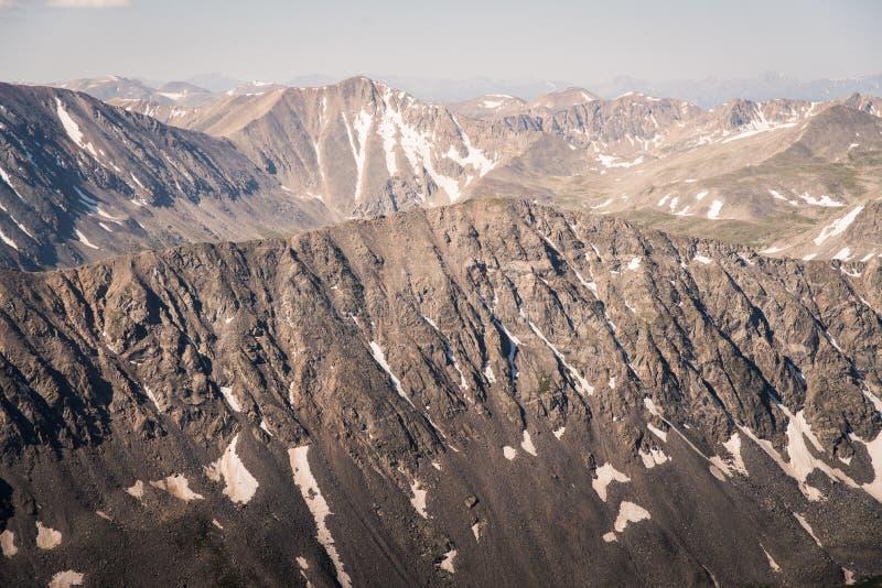 Gestalten Sie Ansicht von Gebirgsstrecken von der Spitze der Dilemma-Spitze in Colorado landschaftlich stockbild