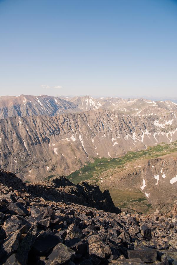 Gestalten Sie Ansicht von Gebirgsstrecken von der Spitze der Dilemma-Spitze in Colorado landschaftlich lizenzfreie stockfotos
