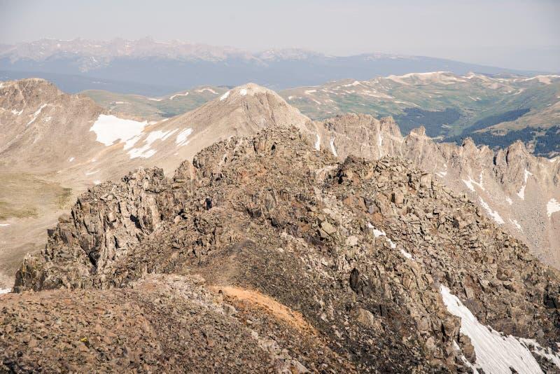 Gestalten Sie Ansicht von Gebirgsstrecken von der Spitze der Dilemma-Spitze in Colorado landschaftlich stockfotos