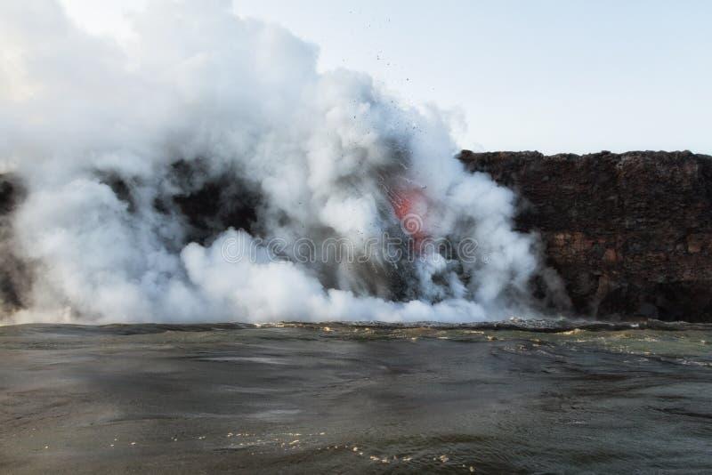 Gestalten Sie Ansicht von hereinkommendem Ozean der Lava mit Explosionen landschaftlich stockbild