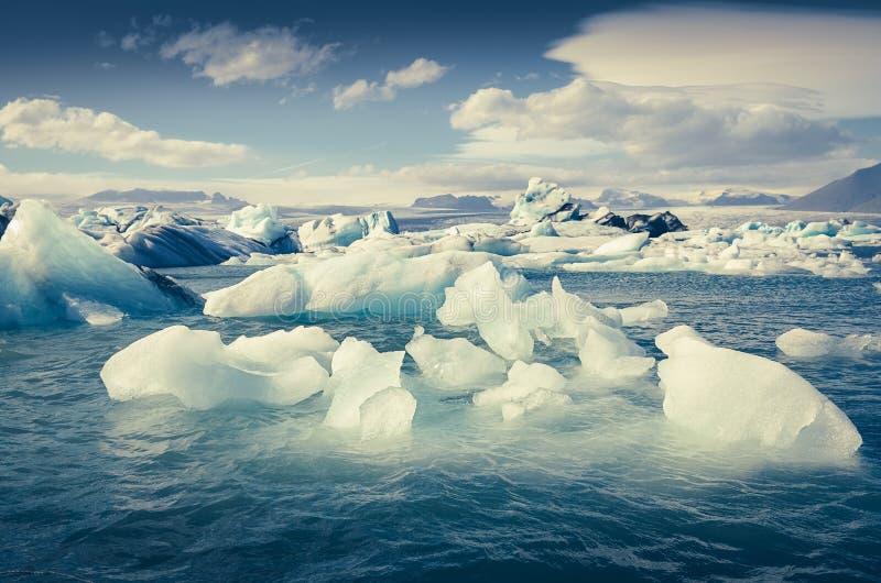 Gestalten Sie Ansicht von Jokullsarlon-Lagune mit Treibeis, Island landschaftlich lizenzfreies stockfoto