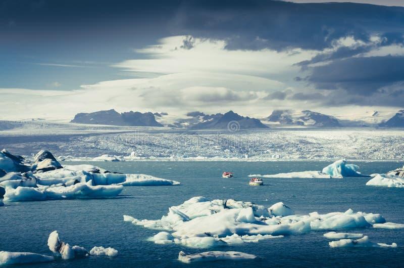 Gestalten Sie Ansicht von Jokullsarlon-Lagune mit Treibeis und Boot, Island landschaftlich lizenzfreie stockbilder