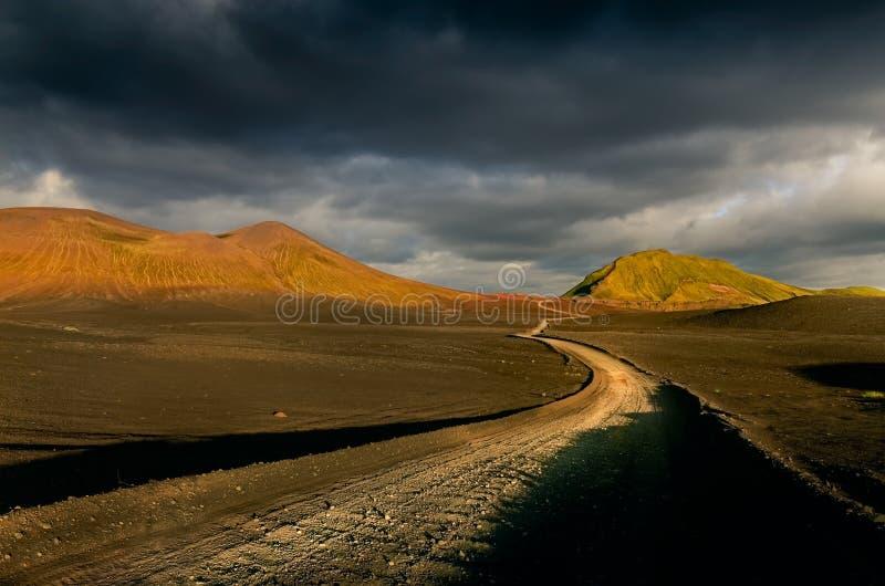 Gestalten Sie Ansicht von Lndmannalaugar-Vulkanbergen und von Straße, Island landschaftlich lizenzfreies stockbild