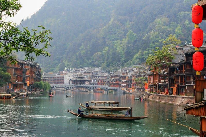 Gestalten Sie auf dem Fluss der alten chinesischen traditionellen Stadt landschaftlich lizenzfreies stockfoto