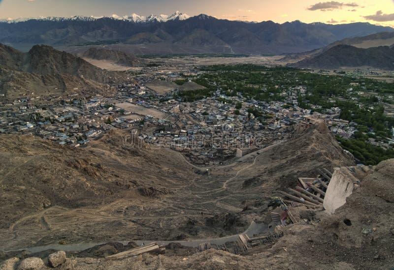 Gestalten Sie Berge mit Sonnenlicht vor Sonnenuntergang in Leh-ladakh landschaftlich stockbilder
