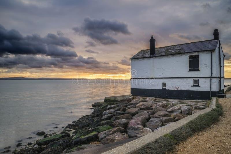 Gestalten Sie das Bild des Überbleibsels verlassen landschaftlich, Haus auf England S fischend stockfoto