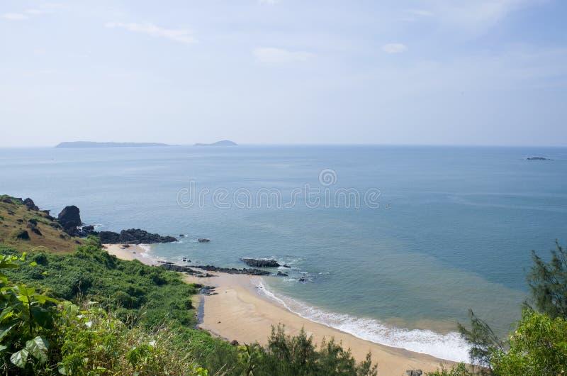 Gestalten Sie den tropischen Strand von Vasco De Gamma in Indien landschaftlich stockbilder