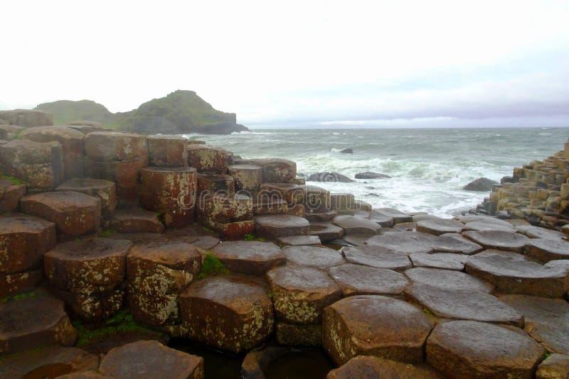 Gestalten Sie an der berühmten des GiantÂs Damm im Norden von Irland landschaftlich lizenzfreie stockfotografie