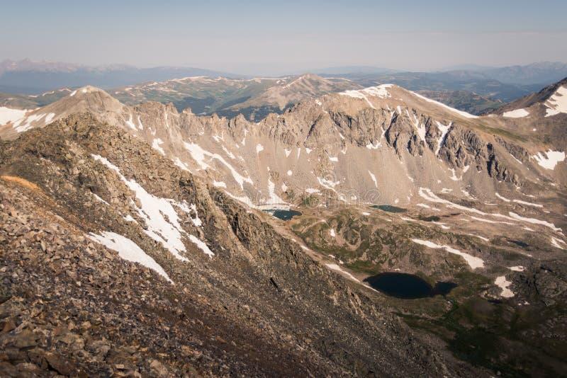 Gestalten Sie die Ansicht von alpinem See umgeben durch Berge von der Spitze der Dilemma-Spitze in Colorado landschaftlich stockfoto