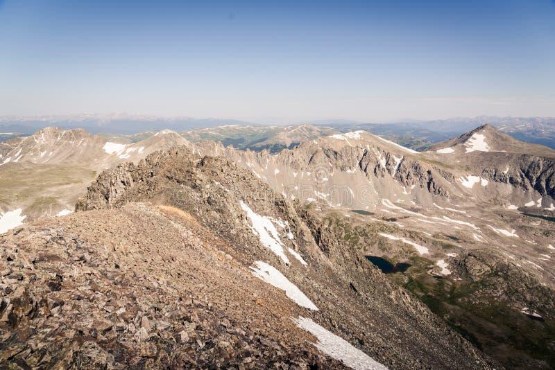 Gestalten Sie die Ansicht von alpinem See umgeben durch Berge von der Spitze der Dilemma-Spitze in Colorado landschaftlich stockfotos