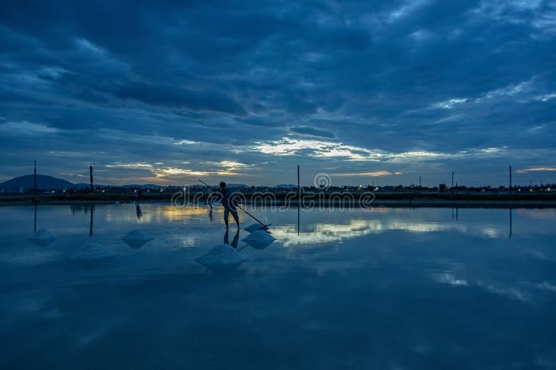 Gestalten Sie die traditionellen Dörfer landschaftlich, die Salz vom Meer part3 gemacht werden stockfotografie
