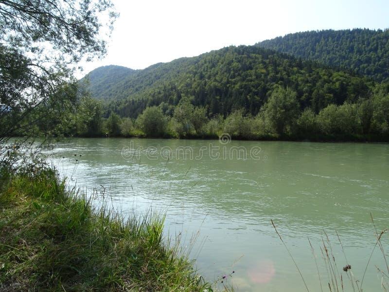 Gestalten Sie durch den Fluss Isar nahe Tal Fleck, Bayern landschaftlich lizenzfreies stockfoto