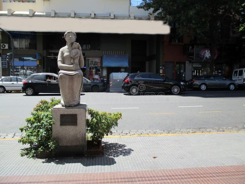 Gestalten Sie Ehrerbietung zur Mutter, durch Francisco Reyes in Paseo de Las Esculturas Boedo Buenos Aires Argentinien lizenzfreie stockfotos