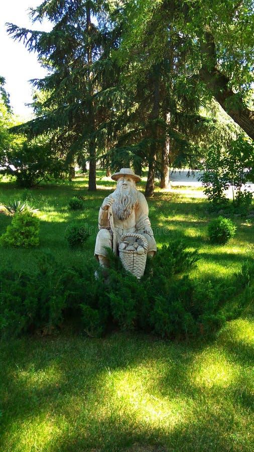 Gestalten Sie in einem Sommerpark mit einer Skulptur landschaftlich lizenzfreie stockbilder