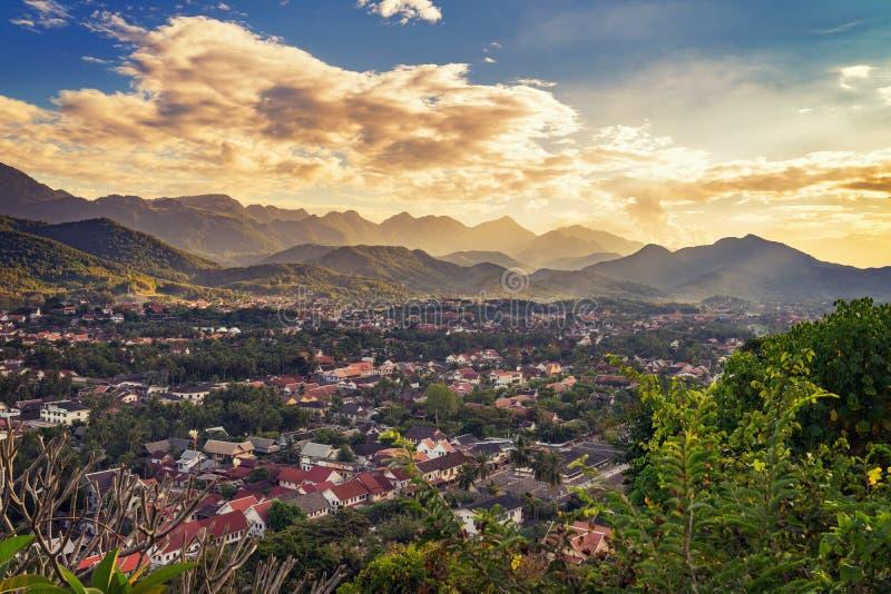 Gestalten Sie für Standpunkt bei Sonnenuntergang in Luang Prabang, Laos landschaftlich lizenzfreies stockbild