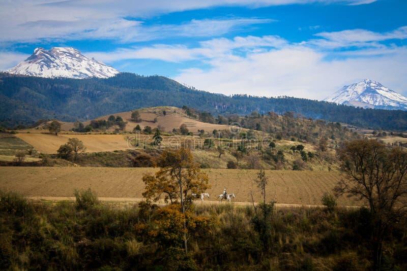 Gestalten Sie Foto von popocatepetl und iztaccihuatl Vulkanen im Cer landschaftlich lizenzfreie stockfotos