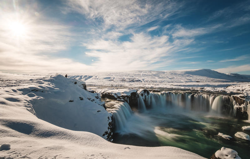 Gestalten Sie, Godafoss-Wasserfall am Winter in Island mit hellem Sonnenlicht landschaftlich lizenzfreie stockbilder