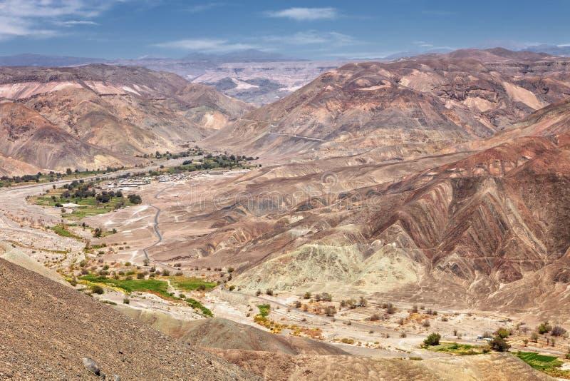 Gestalten Sie landschaftlich, bevor Sie die Stadt von Pachica im Atacama DES erreichen lizenzfreie stockfotos