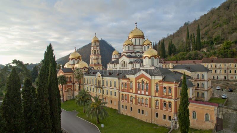 Gestalten Sie mit Ansichten des neuen Athos Christian-Klosters landschaftlich lizenzfreies stockfoto