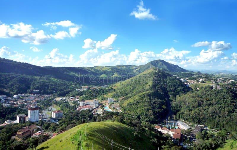 Gestalten Sie mit Bergen gegen einen blauen Himmel mit Wolken landschaftlich lizenzfreies stockfoto