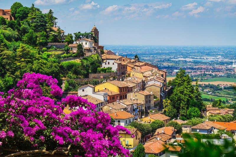 Gestalten Sie mit Dächern von Häusern in der kleinen toskanischen Stadt in der Provinz landschaftlich stockbilder