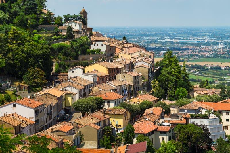 Gestalten Sie mit Dächern von Häusern in der kleinen toskanischen Stadt in der Provinz landschaftlich stockfotografie
