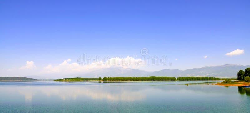 Gestalten Sie mit der Insel landschaftlich, die im Wasser reflektiert wird lizenzfreies stockfoto