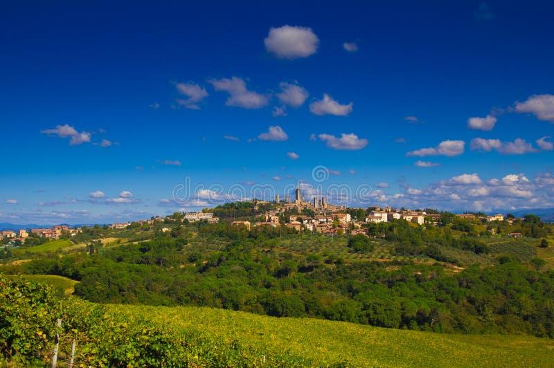 Gestalten Sie mit der mittelalterlichen Stadt von San Gimignano in Toskana landschaftlich stockbilder