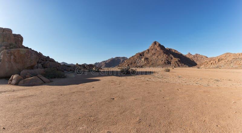 Gestalten Sie mit felsigen Bergen in der namibischen Wüste landschaftlich Sesriem, Sossusvlei lizenzfreie stockfotos