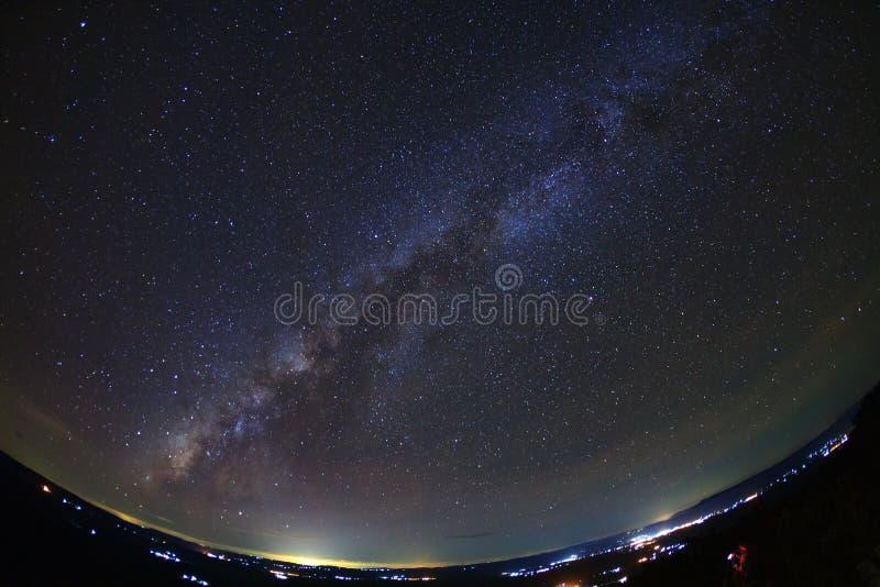 Gestalten Sie mit Milchstraßegalaxie, nächtlicher Himmel mit Sternen in den univers landschaftlich stockfoto