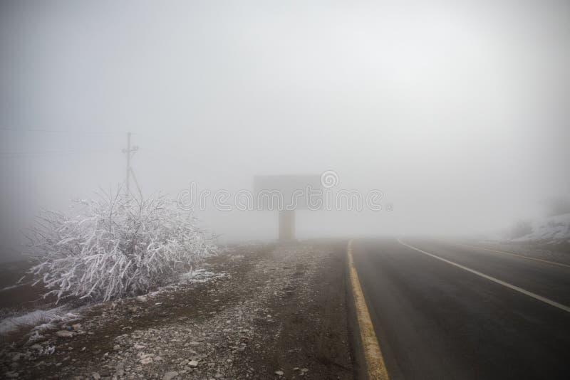 Gestalten Sie mit schönem Nebel im Wald auf Hügel landschaftlich oder schleppen Sie durch einen mysteriösen Winterwald mit Herbst stockfoto