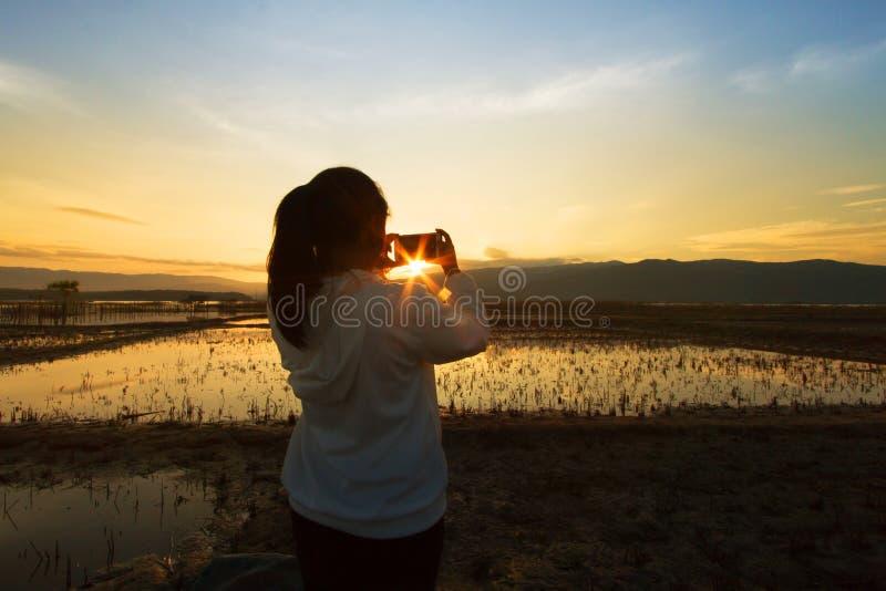 Gestalten Sie Naturszene von den Frauen landschaftlich, die das Foto auf drastischen Himmel schießen lizenzfreies stockfoto