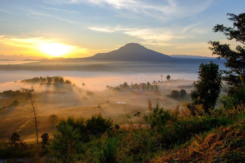 Gestalten Sie Nebel im Morgensonnenaufgang bei Khao Takhian Ngo View Point landschaftlich lizenzfreie stockfotos
