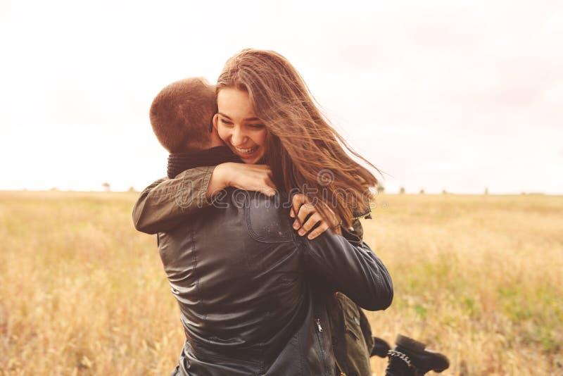Gestalten Sie Porträt von den jungen schönen stilvollen sinnlichen Paaren landschaftlich und lizenzfreies stockfoto