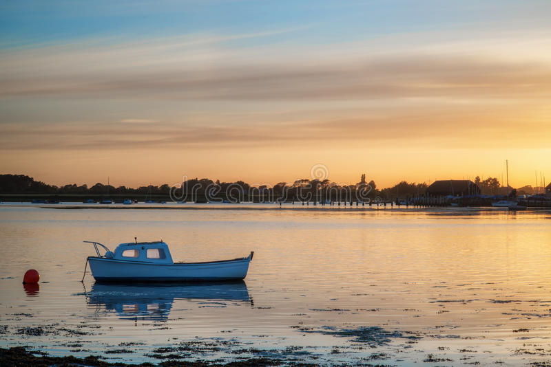 Gestalten Sie ruhigen Hafen bei Sonnenuntergang mit Yachten in der Ebbe landschaftlich stockfoto