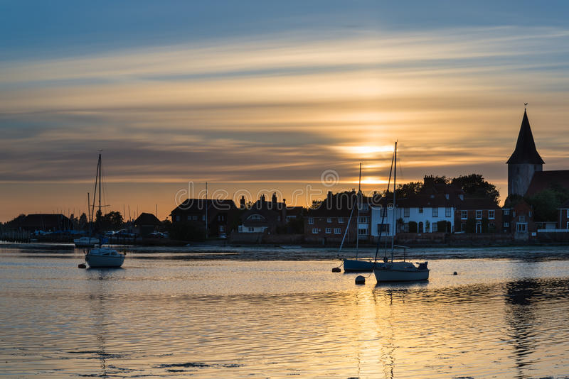 Gestalten Sie ruhigen Hafen bei Sonnenuntergang mit Yachten in der Ebbe landschaftlich stockbild