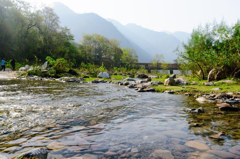 Gestalten Sie Schuss mit kleinen Flusshügeln und -sonnenlicht während des mornin landschaftlich stockfotos