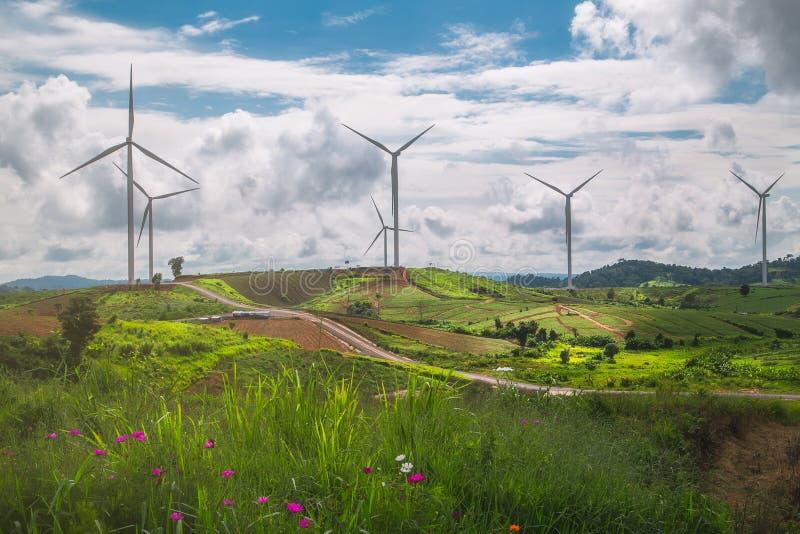 Gestalten Sie Turbine auf Gebirgs- und bue Himmelhintergrund landschaftlich stockbild