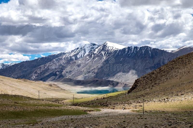 Gestalten Sie um Kyagar Tso nahe Tso Moriri in Ladakh, Indien landschaftlich stockfotos