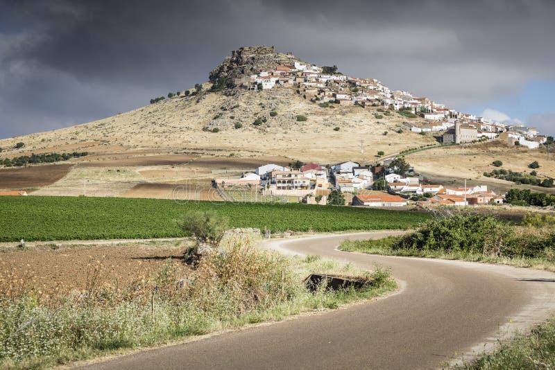 Gestalten Sie und eine Ansicht von Magacela-Stadt an einem bewölkten Tag, Badajoz landschaftlich stockbild