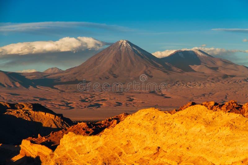 Gestalten Sie von Valle de la Muerte auf spanisch, Death Valley mit den Vulkanen Licancabur und Juriques in der Atacama-Wüste lan lizenzfreie stockfotografie
