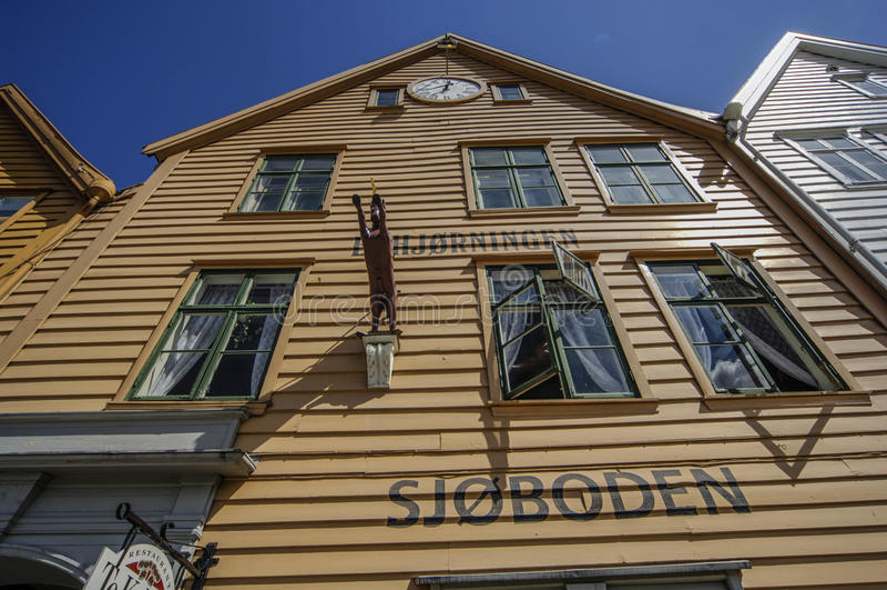 Gestaltete Gebäude klassischen Bauholzes BERGEN/NORWAY am 10. Juli 2006 von stockbilder