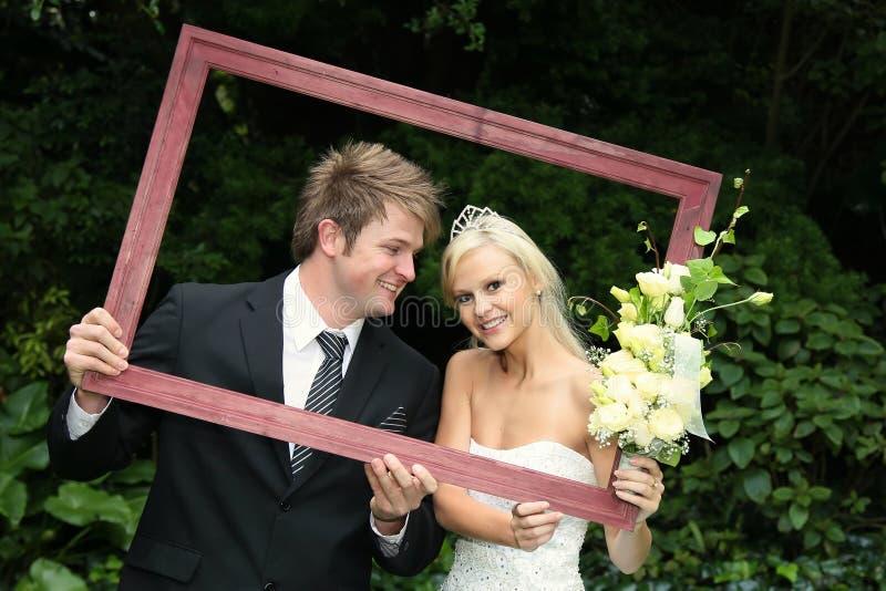 Gestaltete glückliche Hochzeits-Paare stockfotos