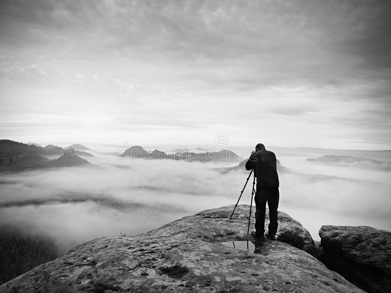 Gestaltungsbild des Fotografen mit Auge auf Sucher Fotoenthusiast genießen Arbeit, Fallnatur stockfoto