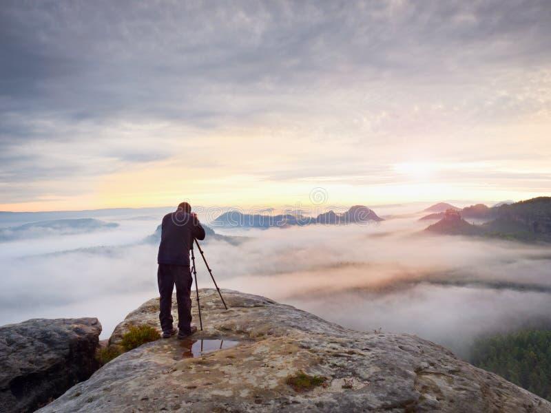 Gestaltungsbild des Fotografen mit Auge auf Sucher Fotoenthusiast genießen Arbeit, Fallnatur lizenzfreies stockfoto