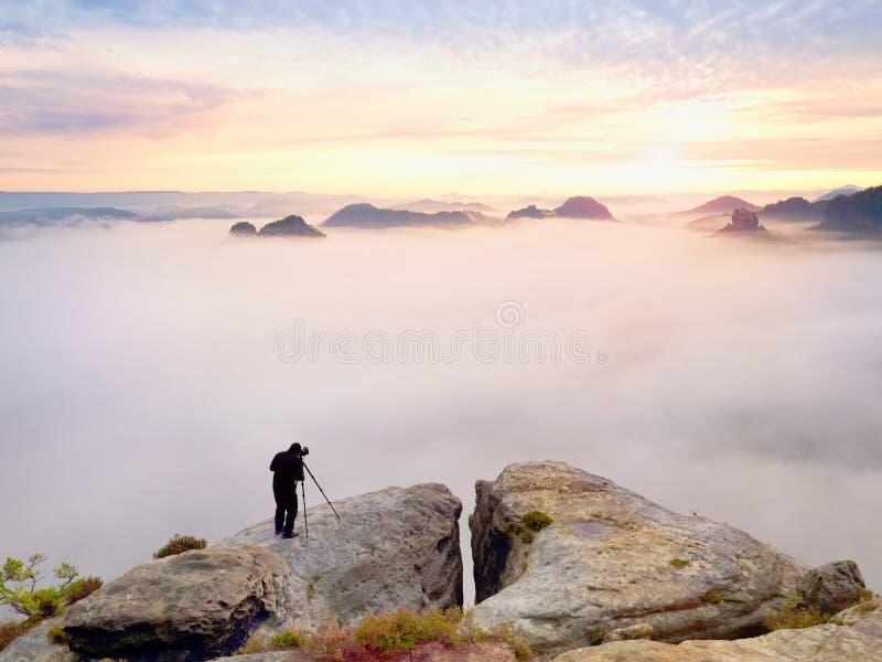 Gestaltungsbild des Fotografen mit Auge auf Sucher Fotoenthusiast genießen Arbeit, Fallnatur stockbilder
