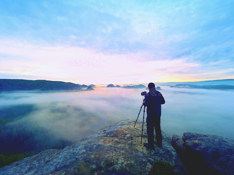 Gestaltungsbild des Fotografen mit Auge auf Sucher Fotoenthusiast genießen Arbeit, Fallnatur stockfotografie