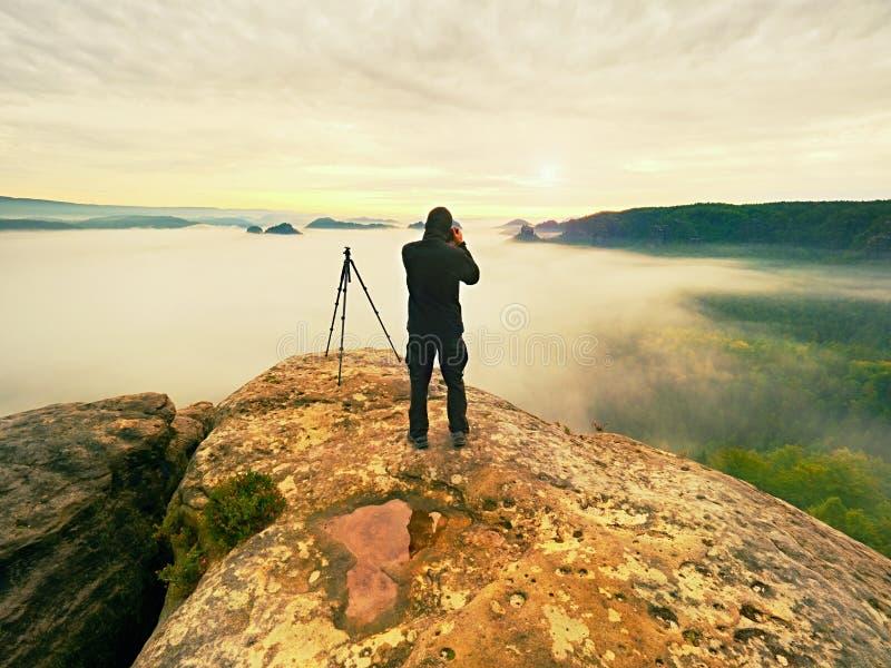 Gestaltungsbild des Fotografen mit Auge auf Sucher Fotoenthusiast genießen Arbeit, Fallnatur stockfotos