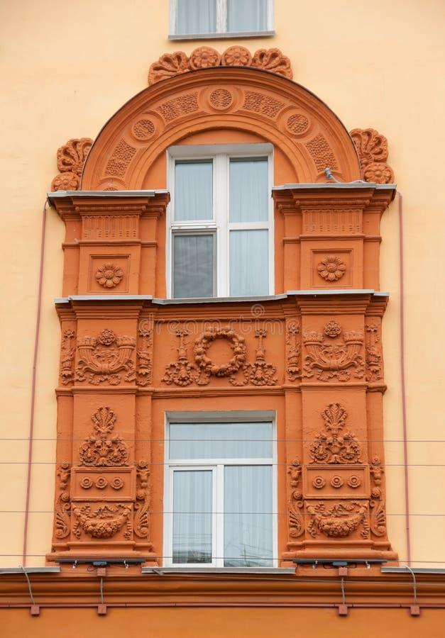 Gestaltungsfenster der Fassade des Backsteinhauses, Smolensk, Russland lizenzfreie stockbilder